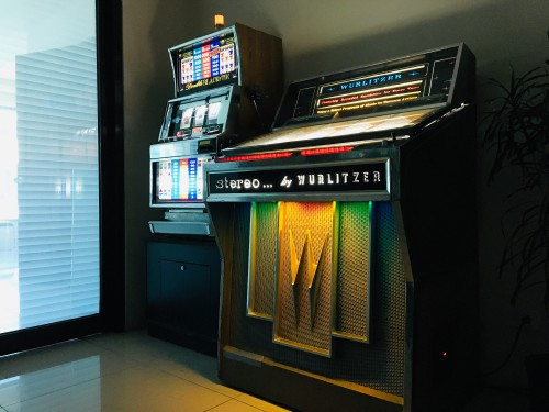 WURLITZER-JUKEBOX-AND-DOUBLE-BLACK-TIE-SLOT-MACHINE.jpg