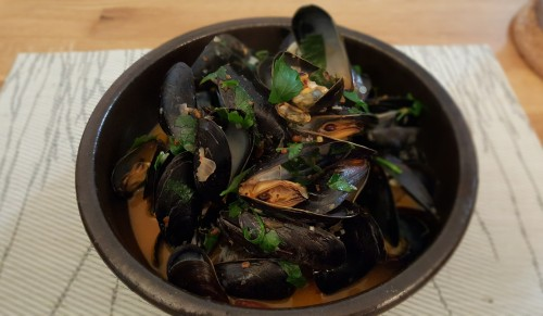 steam-mussels-in-clay-bowl.jpg