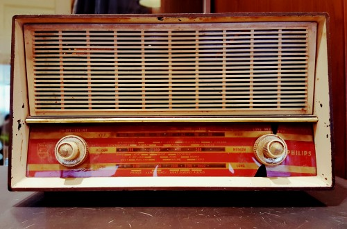 retro-old-fashioned-radio.jpg